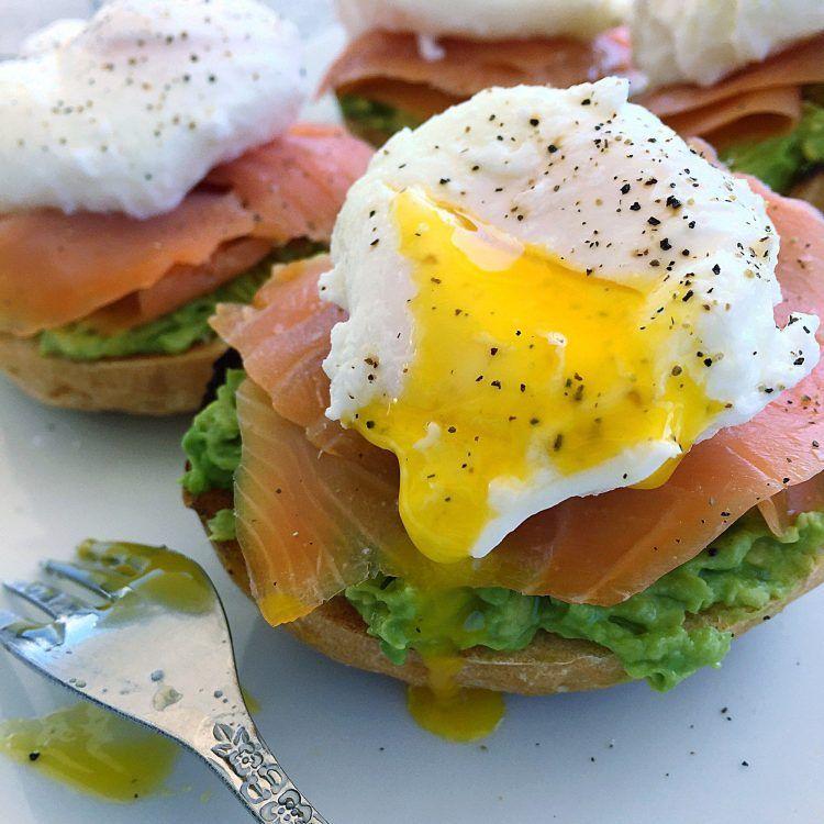Huevos Benedict con salmón y aguacate